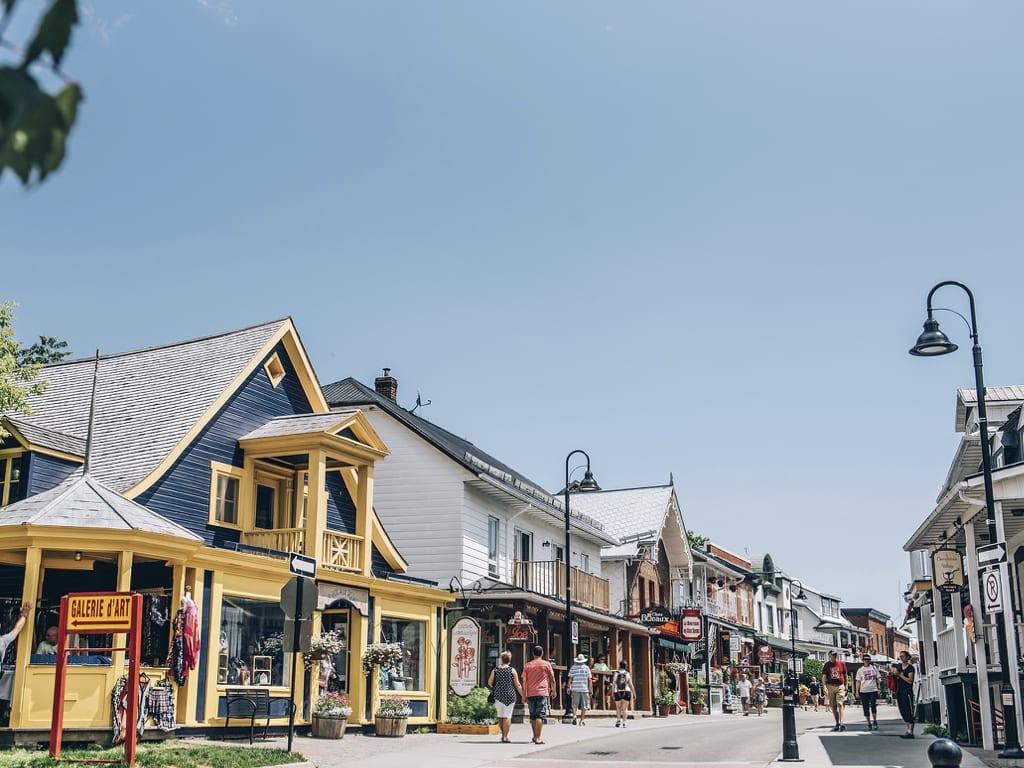 Petite rue commerciale dans un village du Québec