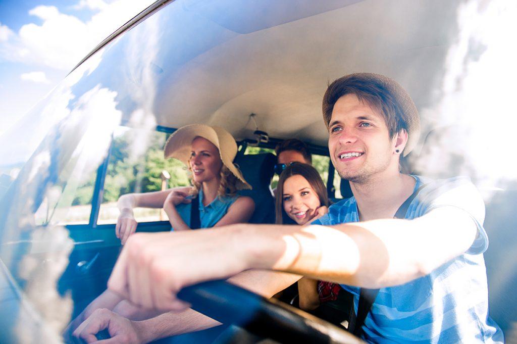Des amis partent en vacances en campervan.