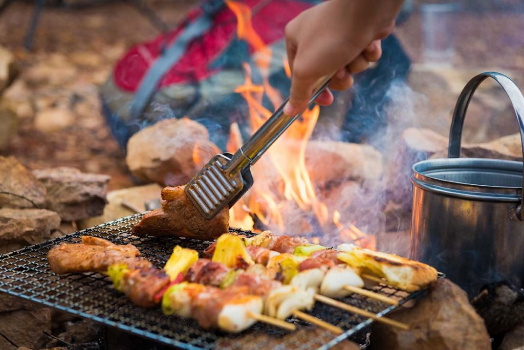 Brochettes cuites directement sur le feu. Campervan;  Manger;  sur la route