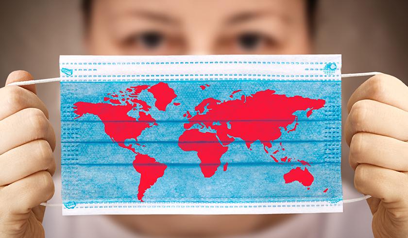 Une carte du monde imprimé sur un masque pour le visage